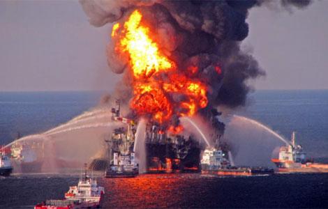 Imagen del incendio provocado tras la explosión de la plataforma petrolífera.