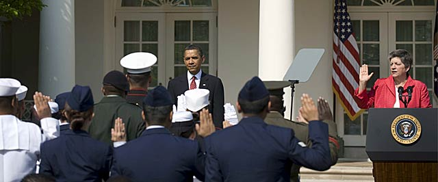 Obama escucha el juramento de ciudadanía de varios extranjeros que son miembros de las Fuerzas Armadas de EEUU.   Efe