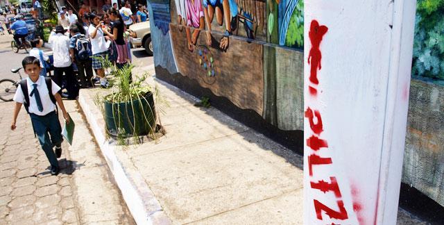 En las farolas del centro de Izalco han pintado palabras básicas del 'náhuat'. | Roberto Valencia
