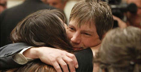 Kerry Lewis abraza a su novia tras enterarse del veredicto. | AP