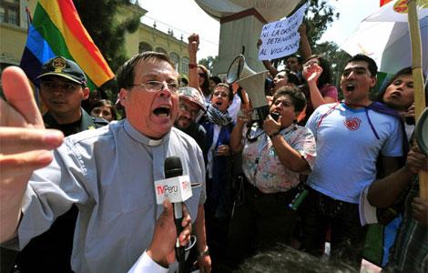 Un cura católico en medio de la protesta de colectivos homosexuales. | Afp