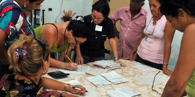 Un grupo de funcionarias electorales procede al conteo de los votos en La Habana. | Efe