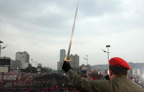 El presidente venezolano Hugo Chávez con una réplica de la espada de Simón Bolívar.   Reuters