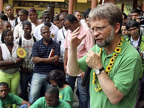 Antanas Mockus durante una reunión con sus seguidores en Buenaventura.   Reuters