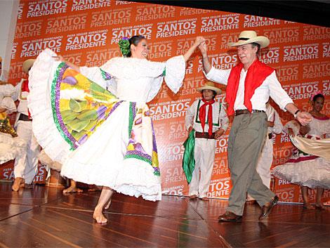 El candidato presidencial baila una danza tradicional colombiana el Huila. | La Nación