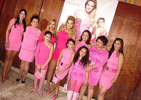 Geisy Arruda, en el centro, junto a familiares y amigas con sus vestidos.   G1