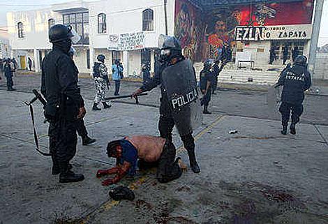 Un indígena yace en el suelo tras los golpes recibidos de la policía.