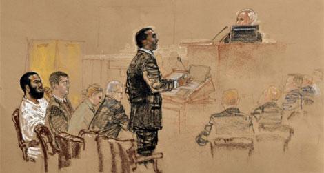Khadar (Izq.) escucha los alegatos de su abogado, reflejado en este dibujo de las audiencias.