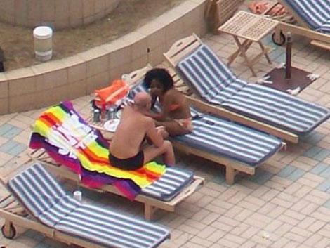 Una jinetera junto a un turista en la Habana.