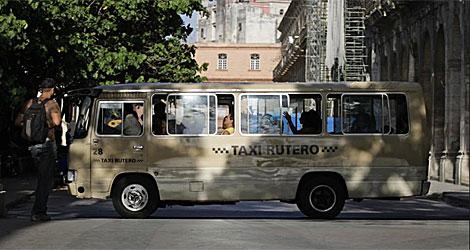 Uno de los autobuses que el gobierno alquila a los chóferes. | Reuters