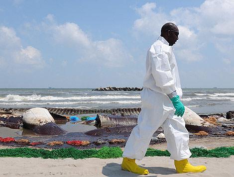 La guardia Costera de EEUU se afana por paliar la fuga de crudo.   Efe