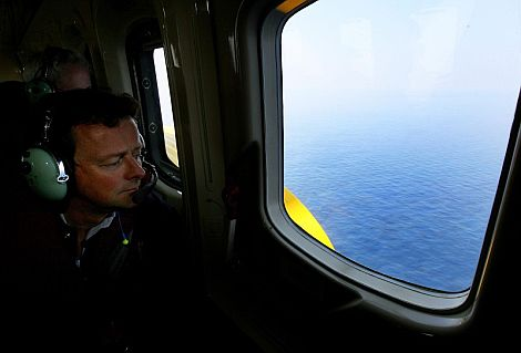 El director ejecutivo de la BP observa la zona afectada en el Golfo de México. | Efe