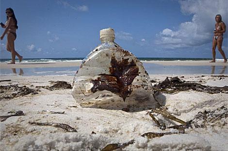 Botella manchada de alquitrán en las playas de Pensacola. | Reuters