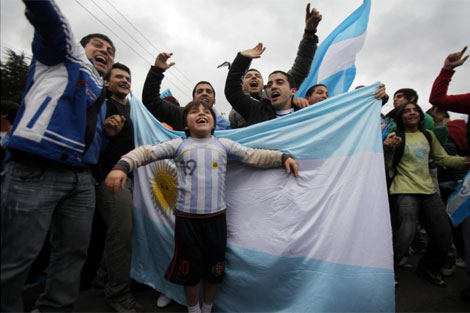 Hinchas argentinos despiden a su selección. | Efe