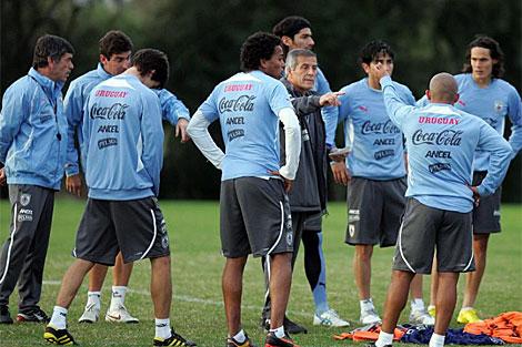 Jugadores y entrenador de la selección de Uruguay. | Efe