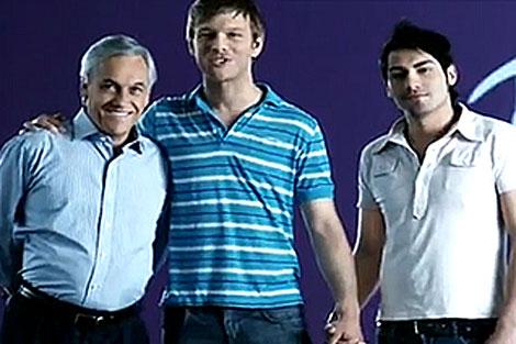 Sebastián Piñera posa con una pareja de homosexuales. | www.pinera.cl