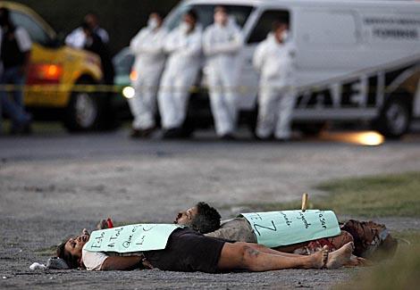 Tres de los cadáveres hallados a las afueras de Monterrey con la cabeza de cortada de otro, encima.   Reuters