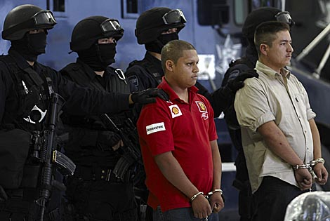 Los dos detenidos que han confesado cómo se realizó la emboscada a los policías.   Efe