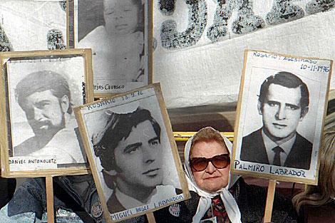 Una madre de Plaza de Mayo con imágenes de desaparecidos. | ELMUNDO.es
