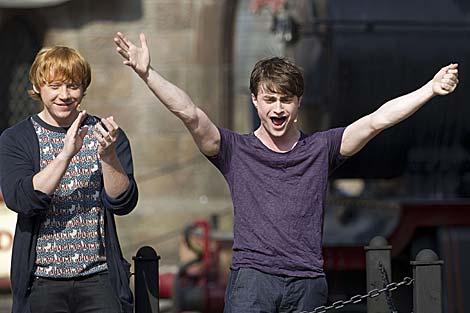 Los actores Daniel Radcliffe (d) y Rupert Grint inauguran el parque de atracciones. | Reuters