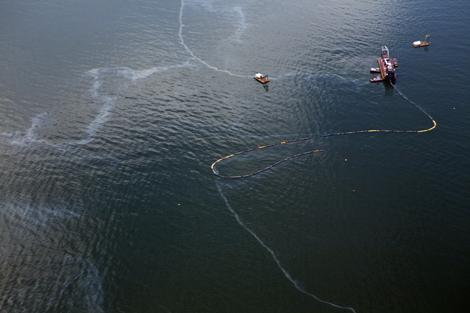 Barcos trabajan en la zona del vertido. | Reuters