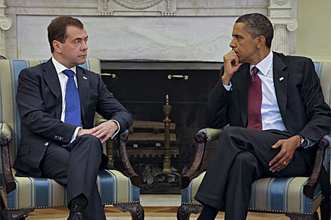 El presidente ruso, Dmitry Medvedev (i), escucha al presidente Obama. | Efe