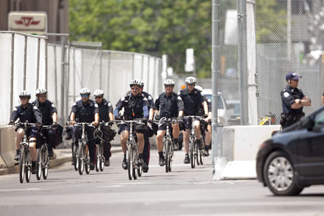 Policías canadienses en bicicleta vigilan las calles de Toronto. | Afp