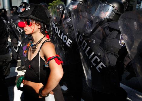 Una de las manifestantes, de espaldas al cordón policial.   Afp