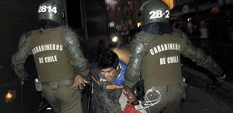 Un chileno detenido por la Policía tras los disturbios después del partido. | Afp
