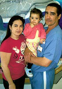 El acusado con su mujer e hija.