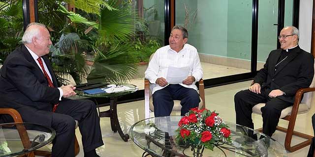 El presidente cubano (cent.) con el ministro español de Exteriores (izq.) y el cardenal cubano. | AFP