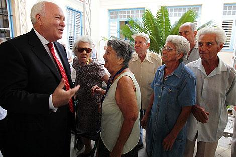 Moratinos ha hablado con varios residentes cubanos. | Reuters