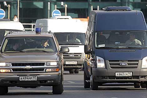 Varios vehículos trasladan a los espías rusos desde el aeropuerto Domodédovo. | Reuters