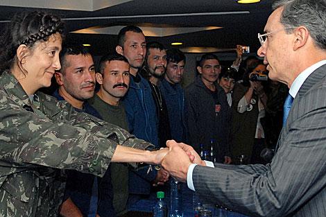 Encuentro entre Betancourt, recien liberada, y el ex presidente Uribe. | AFP