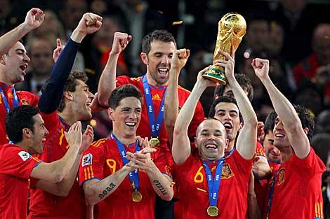 Iniesta levanta el trofeo ganado por España en la Copa del Mundo. | Efe