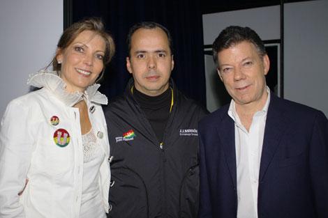 JJ Rendón (c) con Juan Manuel Santos (d) y su esposa, María Clemencia de Santos (i).