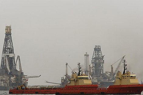 Dos barcos colocan una barrera resistente al fuego antes de la quema controlada de crudo. | Efe