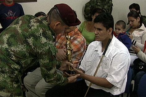 La víctima recibe un trofeo en calidad de perdón de manos del Ejército. | Francisco Argüello