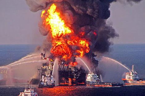 Imagen del incendio provocado tras la explosión de la plataforma Deepwater Horizon.