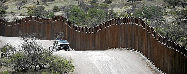 Un coche de policía patrulla la frontera estadounidense en la localidad de Nogales, en Arizona. | Ap