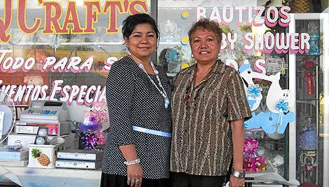 Las hispanas María Sierra y Emma Vergara, en la tienda de Q Crafts, en Arizona. | C. Fresneda