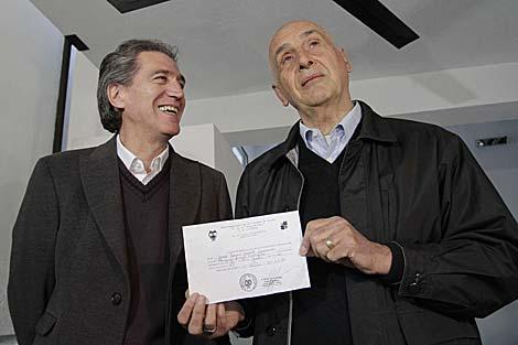 José Luis David Navarro y Miguel Ángel Calefato muestran el acta matrimonial.   AP