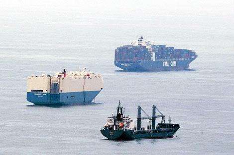 Algunos de los barcos que esperan para desembarcar. | Reuters