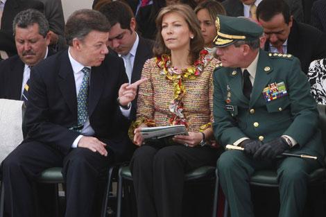 Juan Manuel Santos y su esposa conversan con el general Fredy Padilla. | Reuters