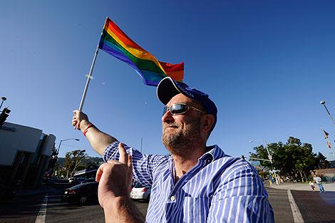 Un activista muestra su satisfacción por el fallo judicial en California.   Afp