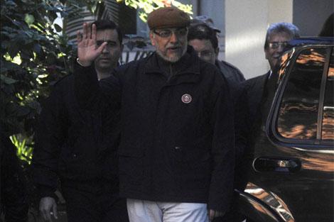 Fernando Lugo saluda mientras deja el hospital donde fue tratado en Asunción.   Reuters
