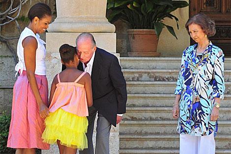 Sacha Obama saluda al Rey Juan Carlos, en presencia de Michelle y la Reina Sofia. | Efe