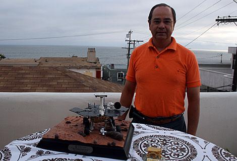 Alfonso Feria en su casa, con una maqueta espacial