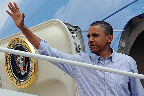 Obama, en el AIr Force One antes de partir hacia Martha's Vineyard. | AFP