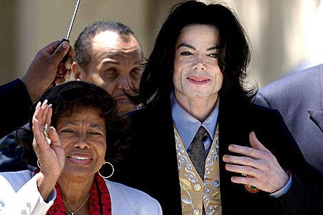 Michael Jackson acompañado de sus padres.   ELMUNDO.es